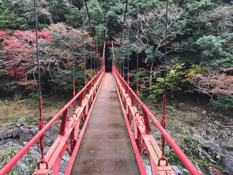 紅葉橋は竜宮淵から600m