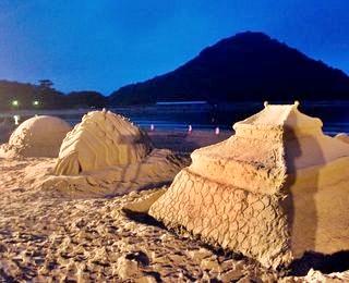 砂の芸術ライトアップ