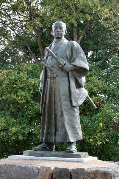 高杉晋作誕生地」の近くにある「晋作広場」に、平成22年10月に建てられた高杉晋作立志像