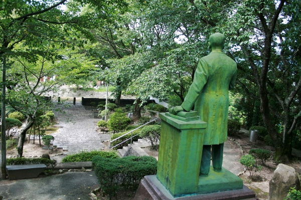 山田顕義先生像後ろ