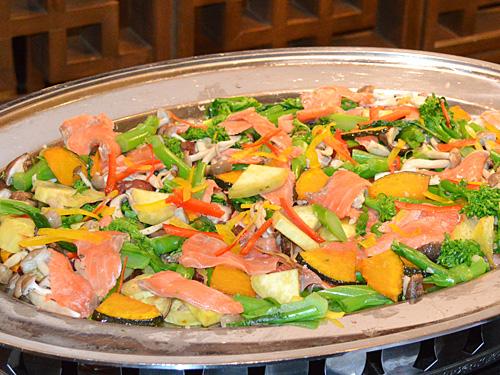 サーモンときのこの秋野菜サラダ