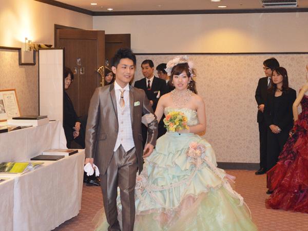 タキシードと色ドレス